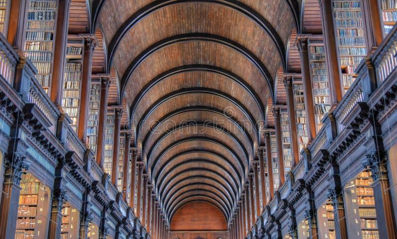 Der lange Raum in der alten Bibliothek am Dreiheits-College Dublin stockbilder