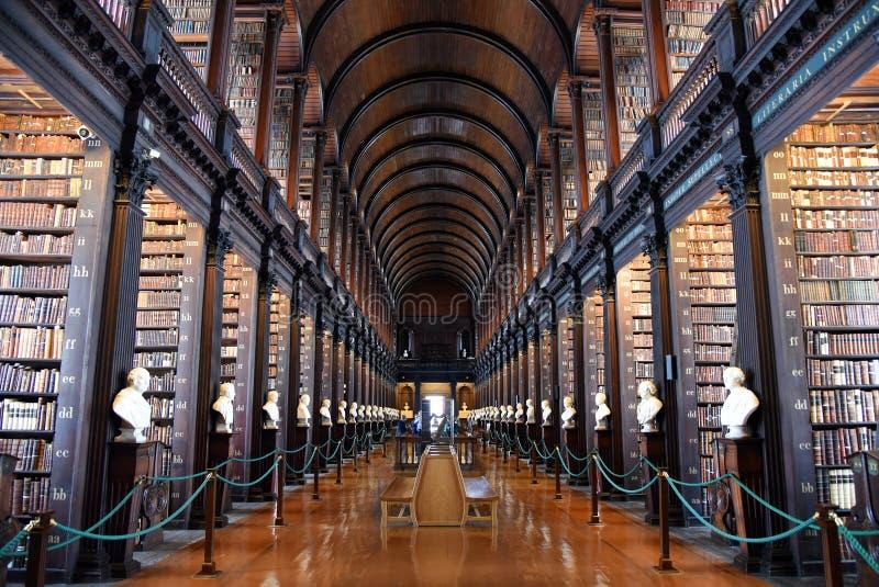 Der lange Raum in der alten Bibliothek am Dreiheits-College Dublin lizenzfreie stockfotos