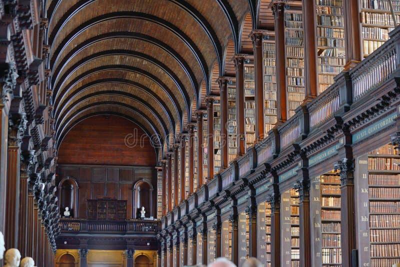 Der lange Raum in der alten Bibliothek, Dreiheits-College, Dublin, Irela lizenzfreies stockbild