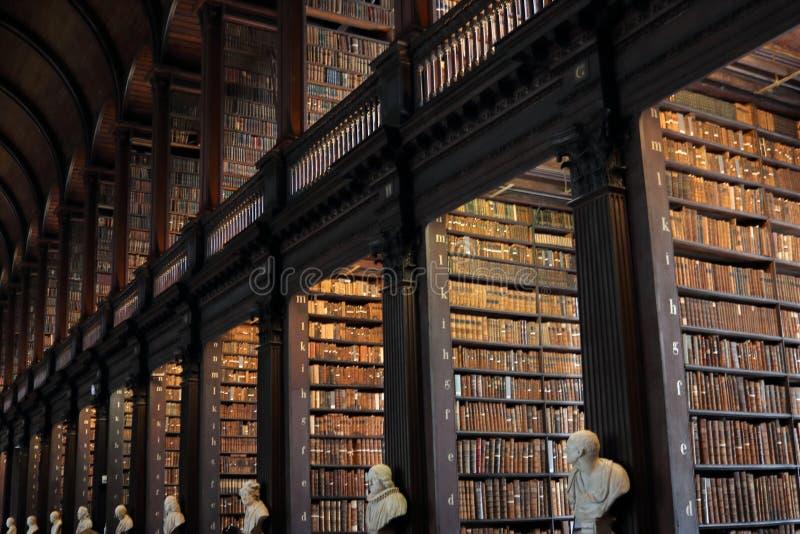 Der lange Raum in der Trinity College-Bibliothek in Dublin stockbilder