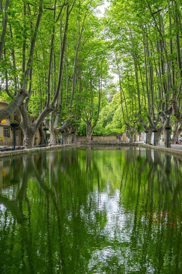 Der lange Teich im Bergkuppedorf von Cucuron lizenzfreies stockfoto