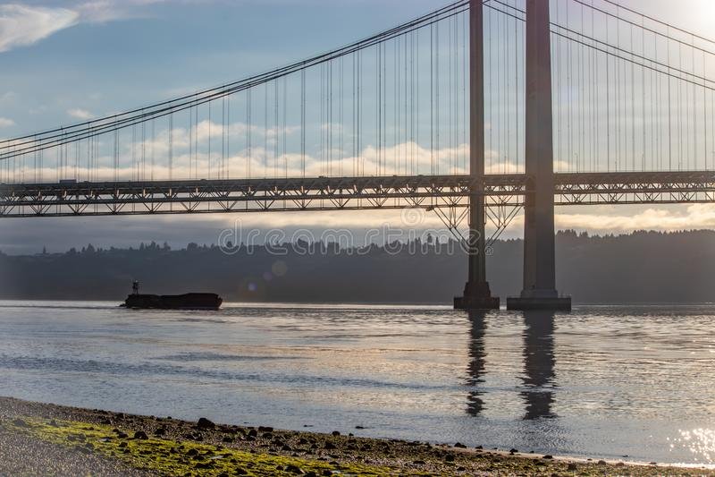 der Lastkahn, der unter Tacoma schwimmt, verengt Brücke im Sommer stockfotos