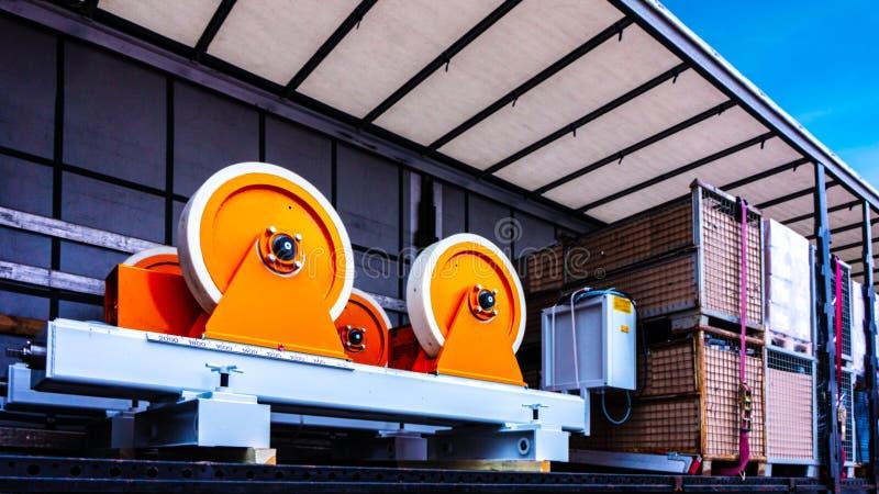 Der Lastwagenanhänger in einem Lager lizenzfreie stockfotografie