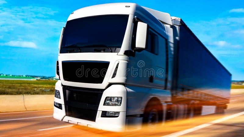 Der Lastwagenanhänger in einem Lager stockfotos