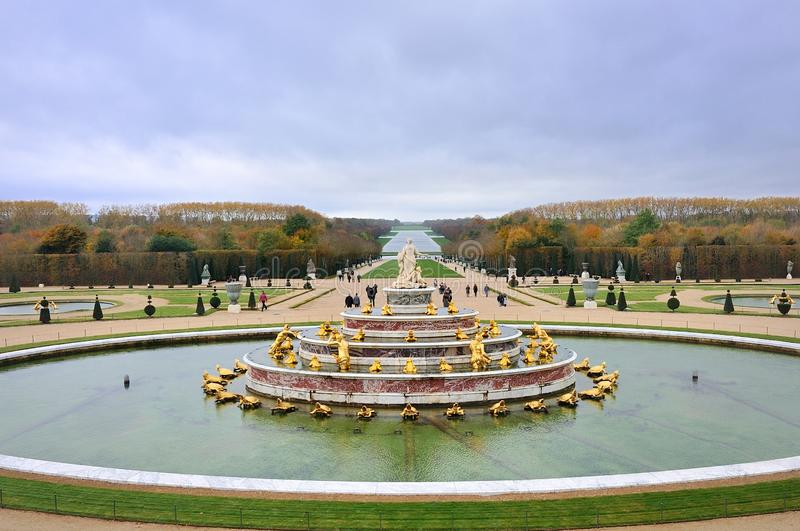 Der Latona-Brunnen und der Parterre des Palastes Des Versailles Versailles Château in Paris lizenzfreies stockfoto