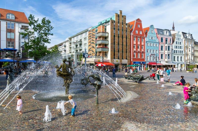 Der Lebensfreudebrunnen. Rostock, Deutschland lizenzfreies stockbild