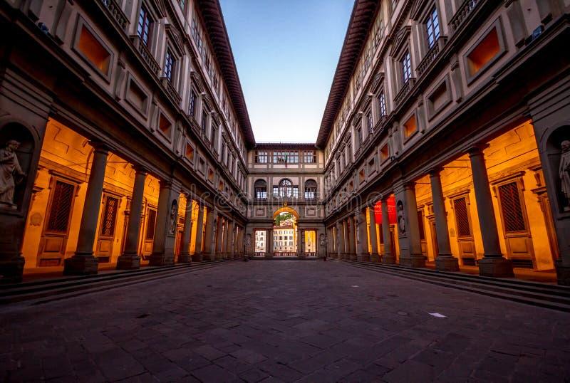 Der leere Hof durch das Uffizi-Museum in Florenz, Italien bei Sonnenaufgang stockbilder
