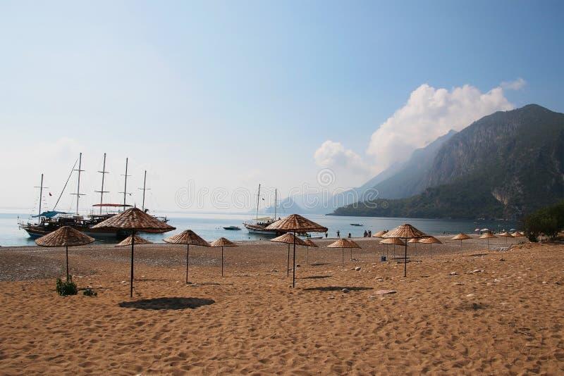 Der leere türkische Strand Cirali Treibnetz für Thunfischfischen Kemer Antalya Die Türkei lizenzfreies stockfoto