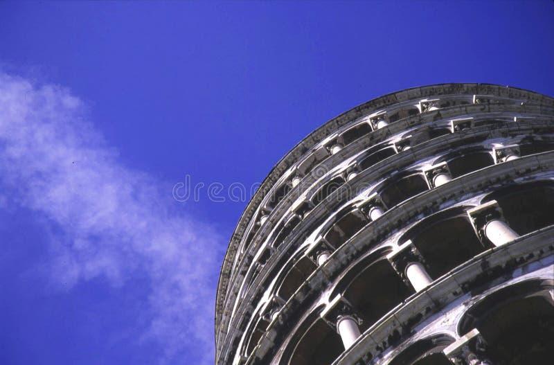 Der lehnende Kontrollturm von Pisa von unterhalb stockfotos
