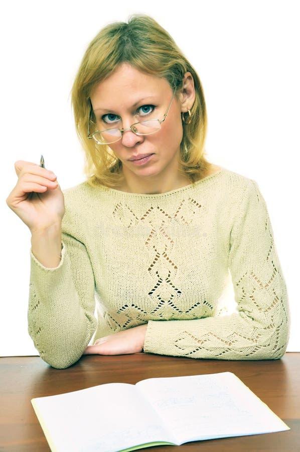 Der Lehrer hinter einer Tabelle lizenzfreie stockfotos