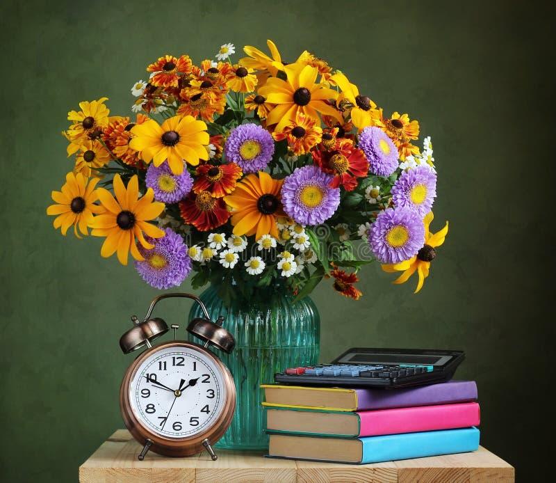 Der Lehrer ` s Tag Herbstblumenstrauß und -lehrbücher stockbilder