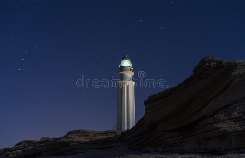 Der Leuchtturm der Küste von trafalgar, das Meer belichtend lizenzfreie stockfotografie