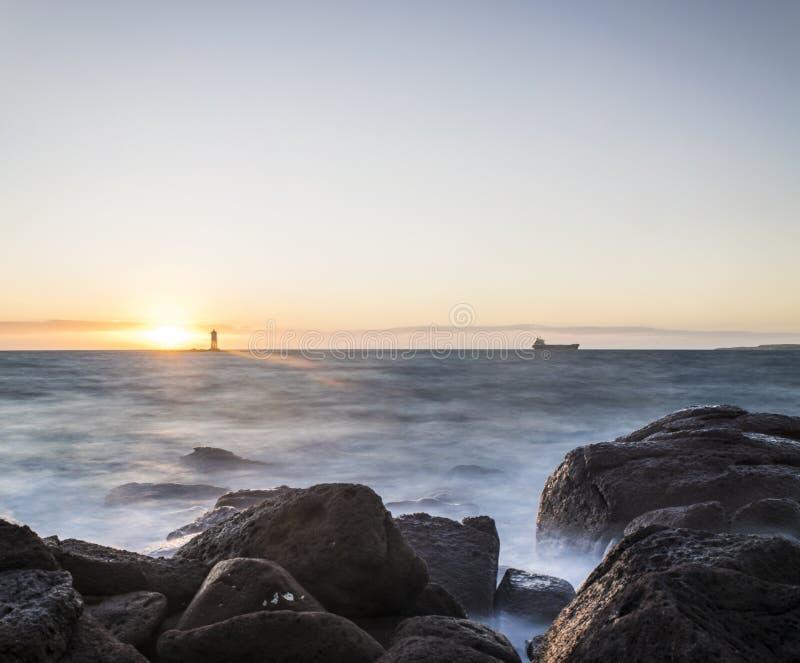 Der Leuchtturm im Mangiabarche-Felsen lizenzfreies stockbild