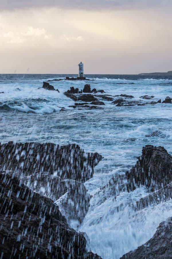 Der Leuchtturm im Mangiabarche-Felsen lizenzfreie stockbilder