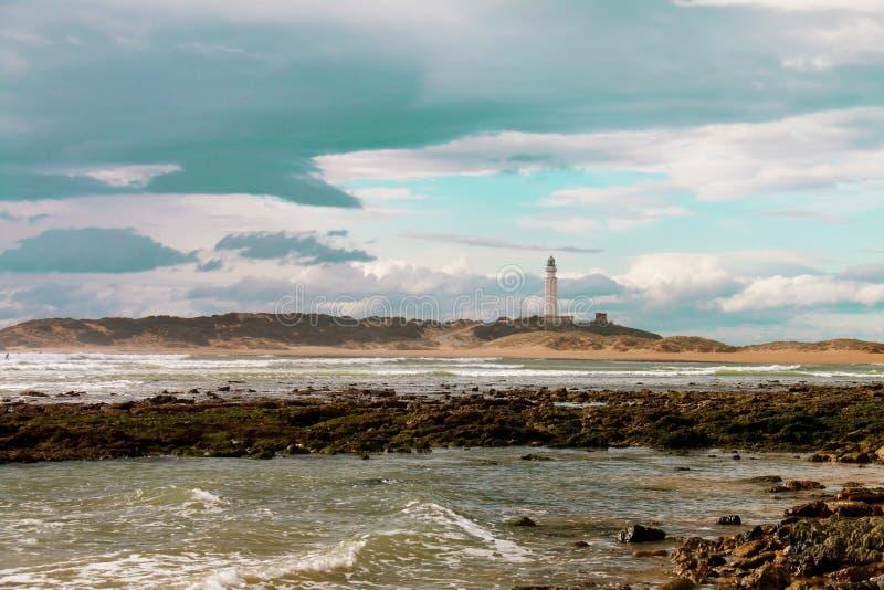 Der Leuchtturm von Kap Trafalgar an einem bewölkten Tag, auf den Küsten lizenzfreie stockfotos