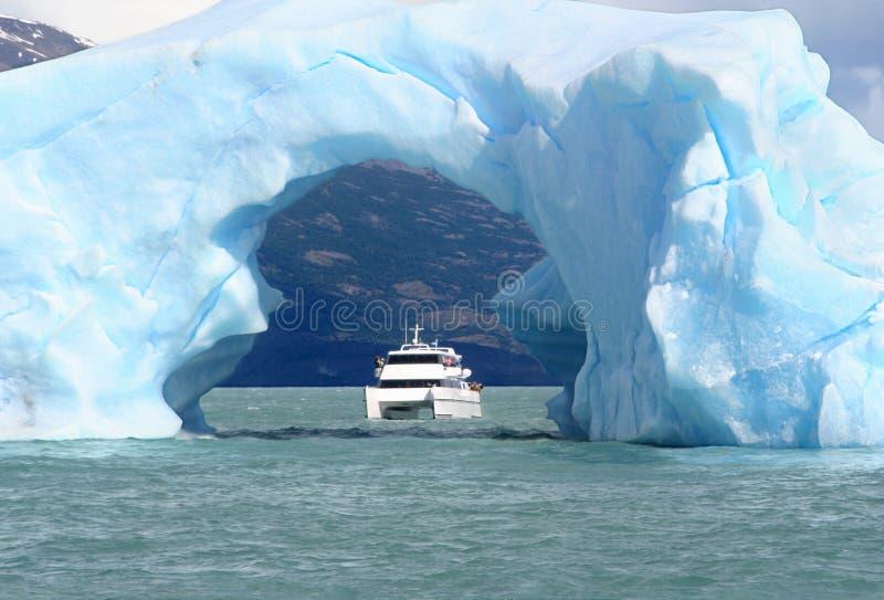 Der Lichtbogen gebildet vom Eis lizenzfreies stockfoto