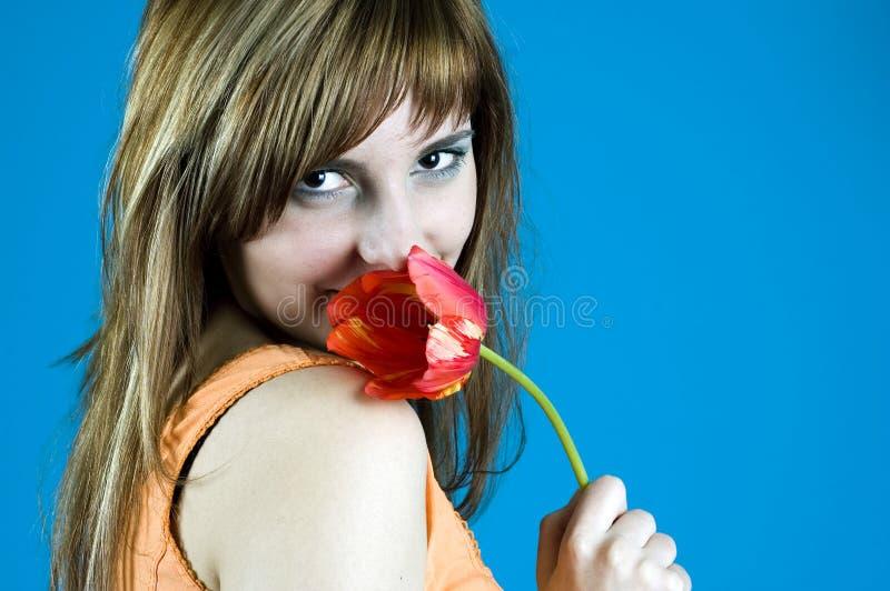 In der Liebe mit einer Tulpe lizenzfreie stockfotografie