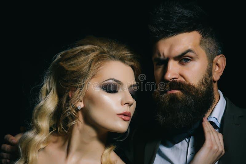 In der Liebe sein Paare des Mannes und der Frau datieren am Valentinsgrußtag Bärtiger Mann und sexy Frau auf erstem Datum Paare i stockbild