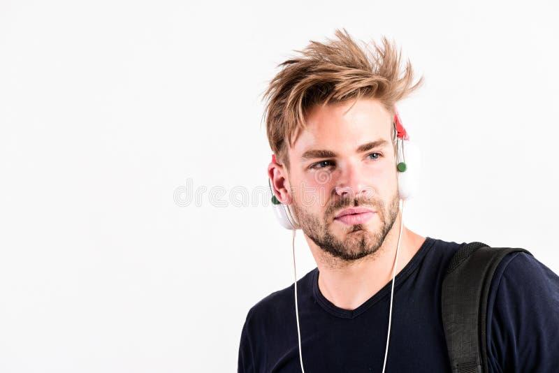 In der Liebe zur Musik Kopierraum sexy muskulösen Mann hört Audio auf weiß isolierten Ohrhörern E-Mail unrasierter Mann stockbild