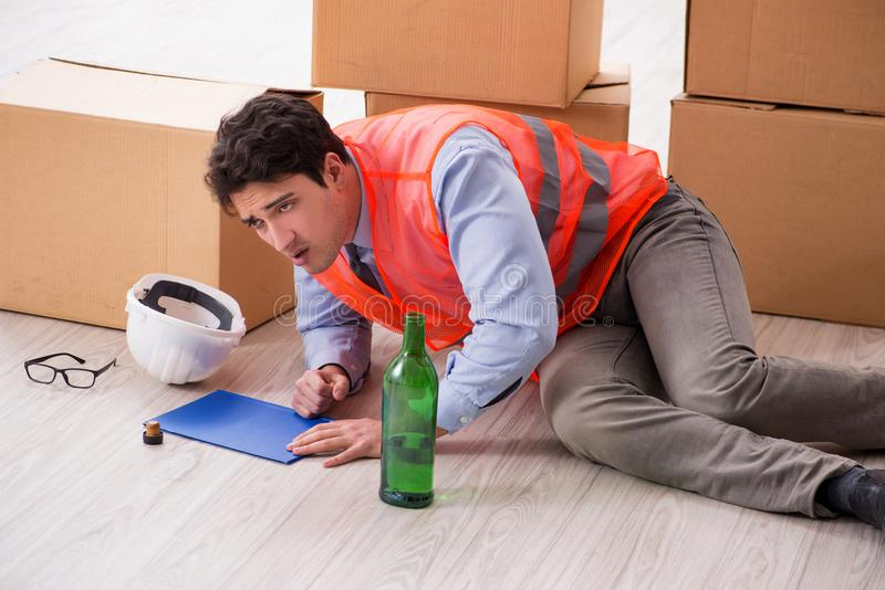 Der Lieferer getrunken bei der Arbeit stockbilder