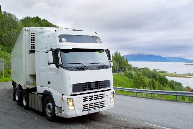 Der LKW auf der norwegischen Straße stockfotografie