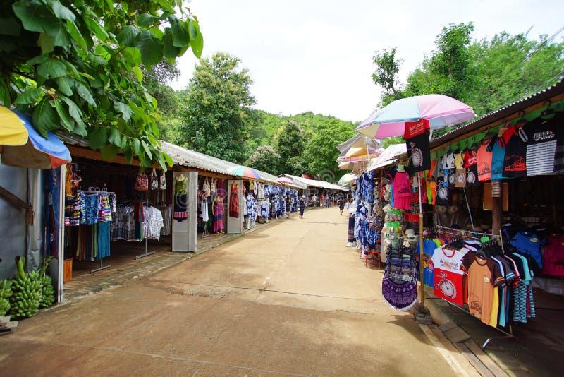 Der lokale Markt entlang der Straße zu Krasae-Höhle oder zur Todesschiene stockfoto