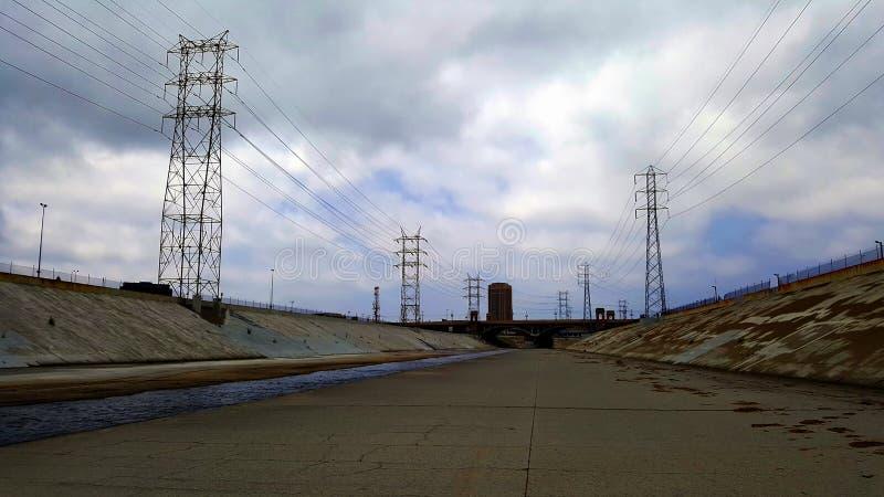 Der Los Angeles-Fluss mit Brücke und blauem Himmel im Hintergrund stockbilder