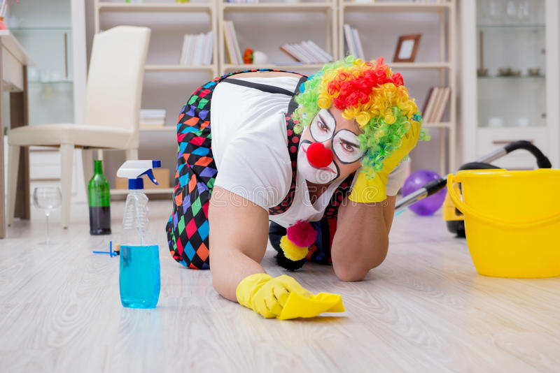 Der lustige Clown, der zu Hause säubern tut lizenzfreies stockbild