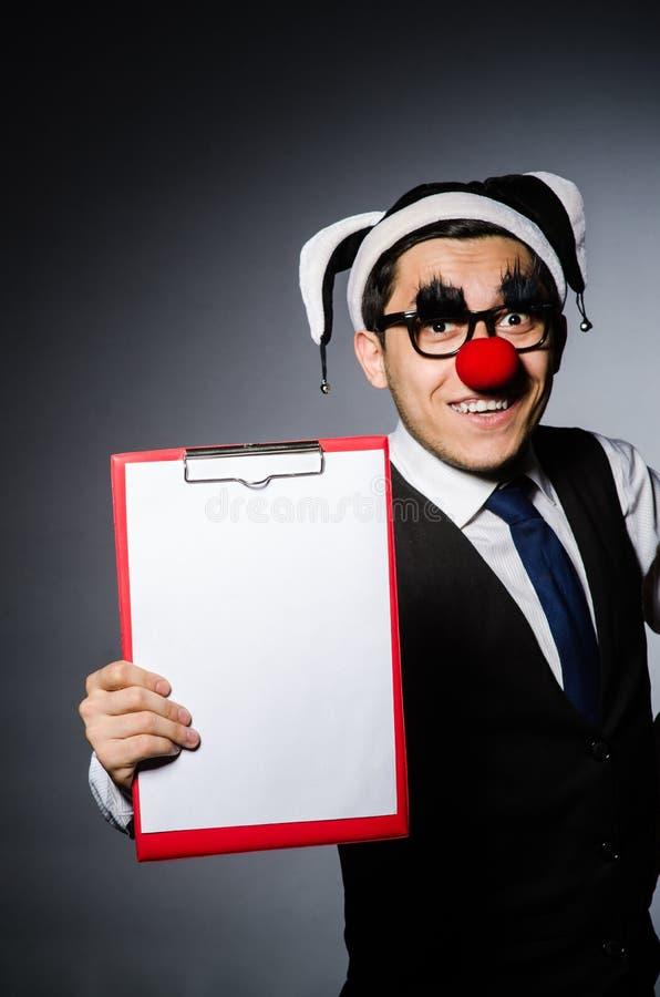 Der lustige Clown gegen dunklen Hintergrund stockbilder