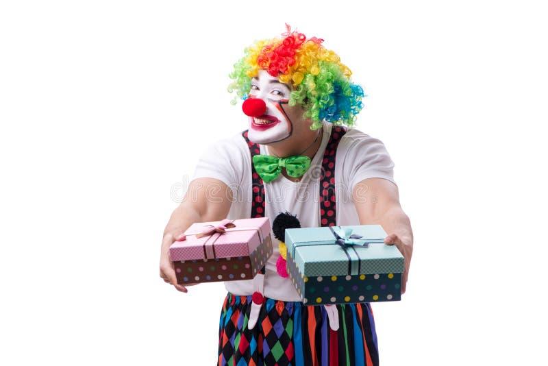 Der lustige Clown mit einem Geschenkpräsentkarton lokalisiert auf weißem Hintergrund stockfotografie