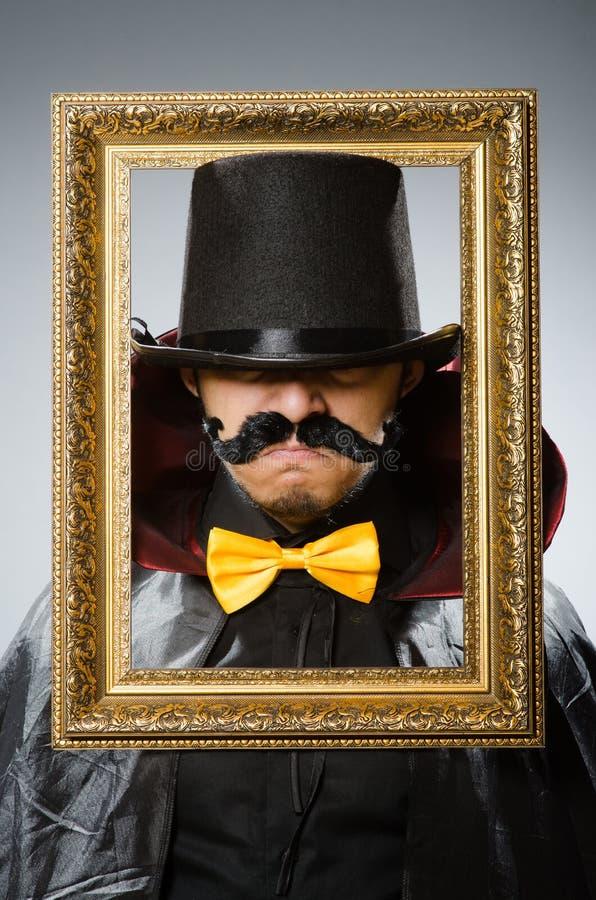 Der Lustige Mann Mit Bilderrahmen Stockbild - Bild von magisch ...