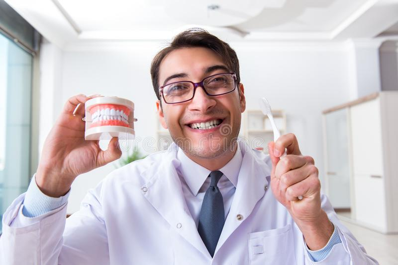 Der lustige Zahnarzt mit Zahnbürste im medizinischen Konzept lizenzfreie stockfotografie
