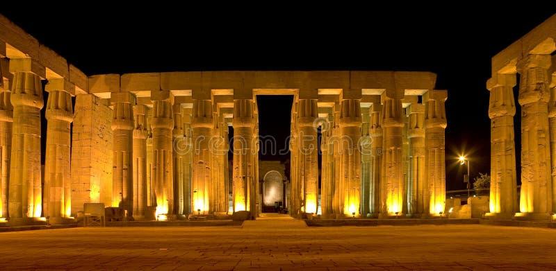 Der Luxor-Tempel bis zum Nacht stockfoto