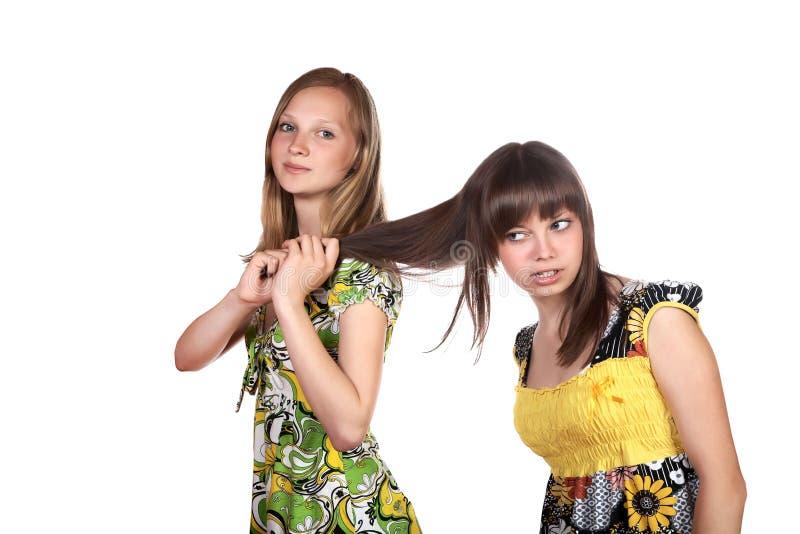 Der Mädchenjugendliche zieht andere für Haar stockbild