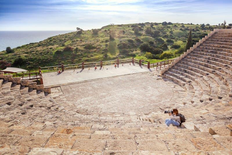 Der Mädchenphotograph mit einer Kamera auf den Schritten des amphithe lizenzfreies stockbild