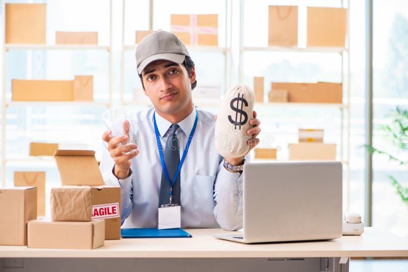 Der männliche Angestellte, der im Kastenlieferungs-Verlegungsservice arbeitet stockfotos