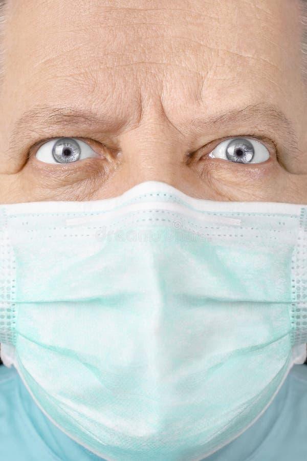 Der männliche Chirurg, der ernsthaft schaut, schließen oben lizenzfreies stockfoto