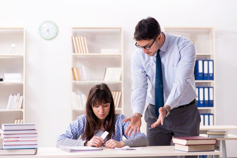 Der männliche Lektor, der der Studentin Vortrag gibt lizenzfreie stockfotos