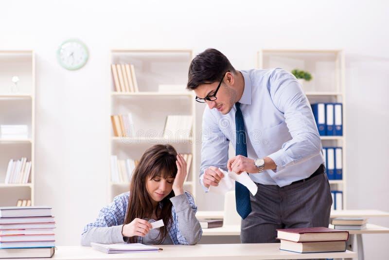 Der männliche Lektor, der der Studentin Vortrag gibt lizenzfreies stockbild