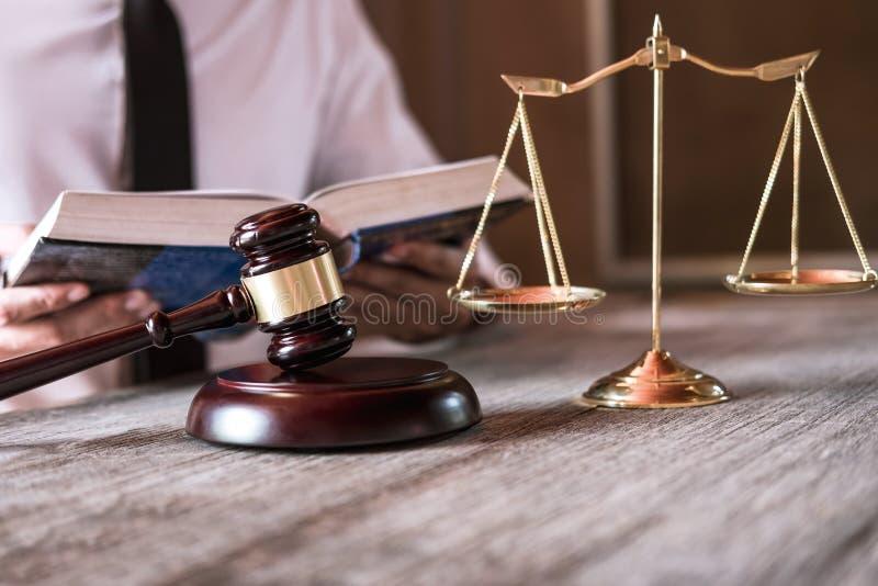 Der männlicher Rechtsanwalt oder Richter, die mit Gesetzbüchern, Hammer und Balance arbeiten, berichten über den Fall auf Tabelle stockfotos