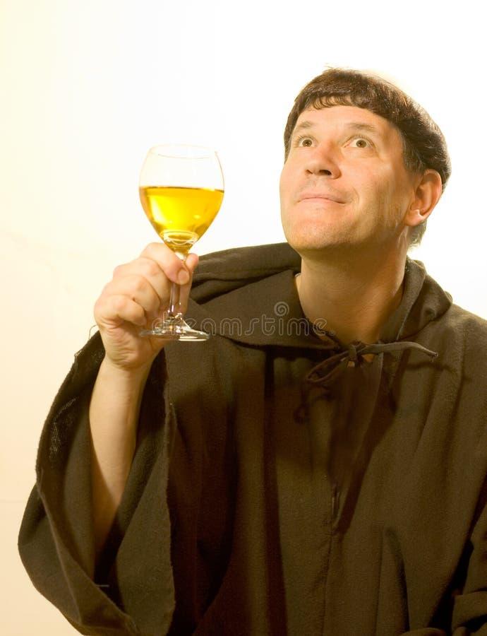 Der Mönch preist den Wein stockbild