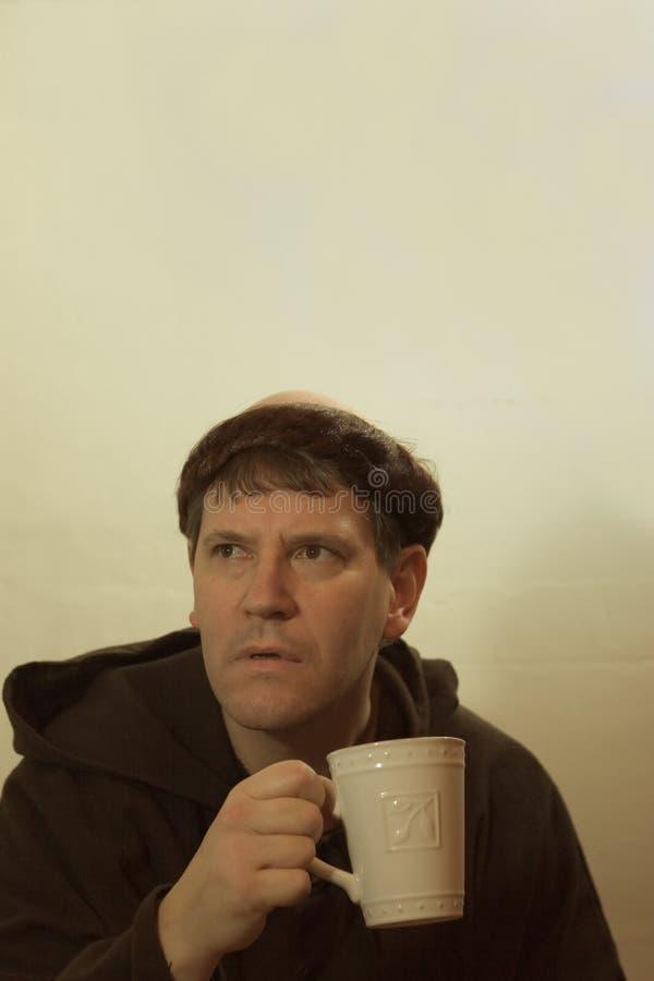 Der Mönch und sein Kaffee lizenzfreie stockbilder