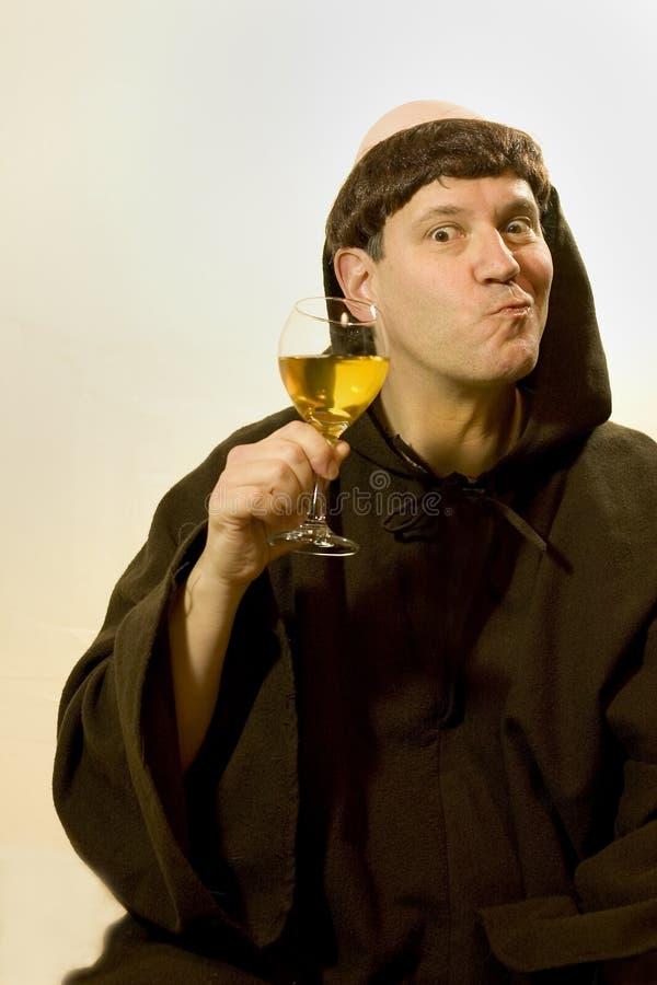 Der Mönch und sein Wein stockfoto