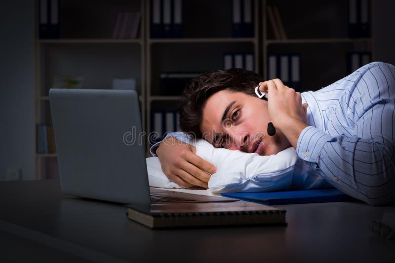 Der müde und erschöpfte Informationsstellenbetreiber während der Nachtschicht lizenzfreie stockfotografie