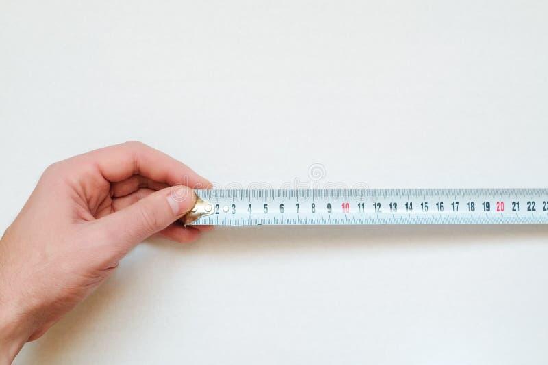 Der Maßstab in der menschlichen Hand stockfotografie