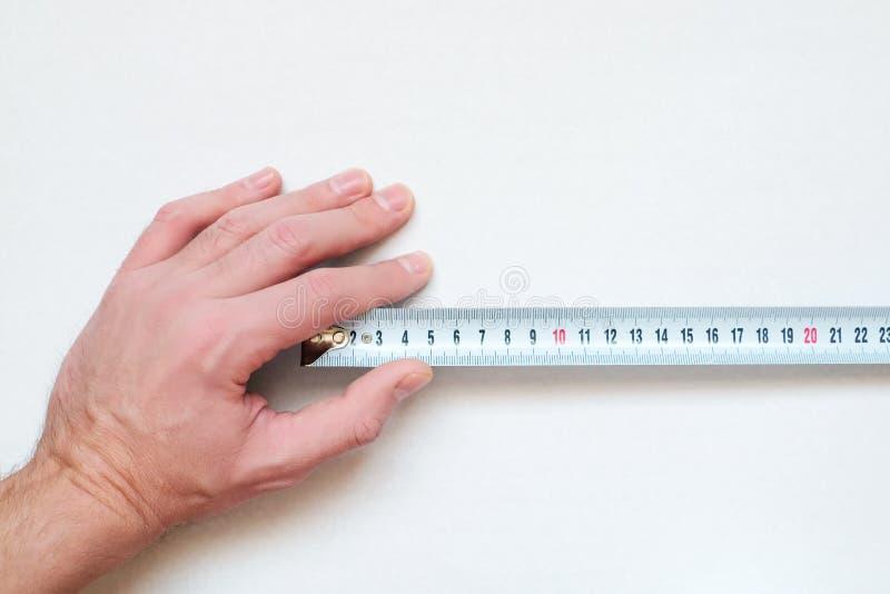 Der Maßstab in der menschlichen Hand lizenzfreie stockfotos