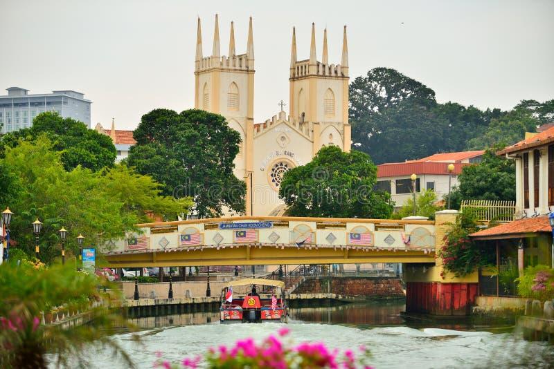 Der Malakka-Fluss u. die Kirche von St. Francis Xavier lizenzfreie stockbilder