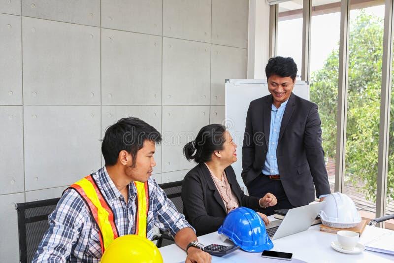Der Manager überprüft die Arbeit des Ingenieurteams Planung von Ingenieuren und von Technikern Ingenieur-und Architekten-Planung lizenzfreie stockfotos