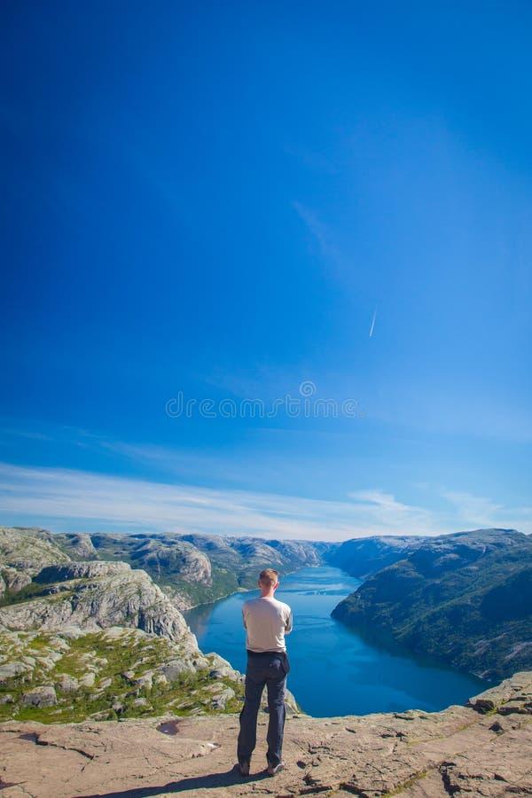 Der Mann auf dem Berg stockfotografie