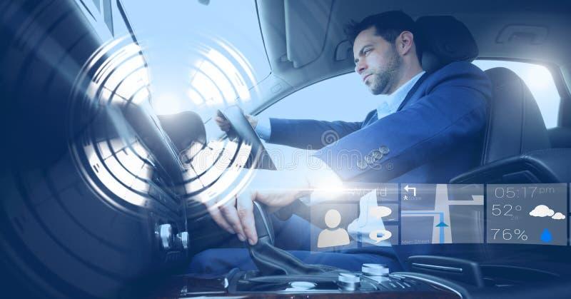 Der Mann, der in Auto mit Köpfen zeigen fährt oben, Schnittstelle an lizenzfreie stockfotografie